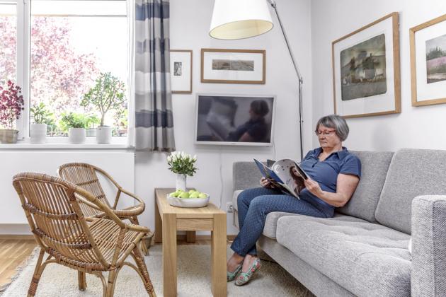 Chvilky pohody tráví paní domu vsedačce, kterou si pořídila ufirmy Bo Concept, dřevěný stolek je zIkea