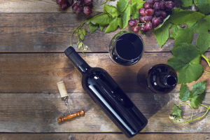 Mnoho lidí povzoru slavných propadlo amatérskému sommeliérství. Důvodem kesklence vína tak už není jen potřeba zvednout si náladu. Víno se degustuje, ovínu se hovoří ačte, zavínem se icestuje… Rozumět vínu amít doma vzásobě pár lahví zvyhlášeného vinařství je zkrátka moderní.