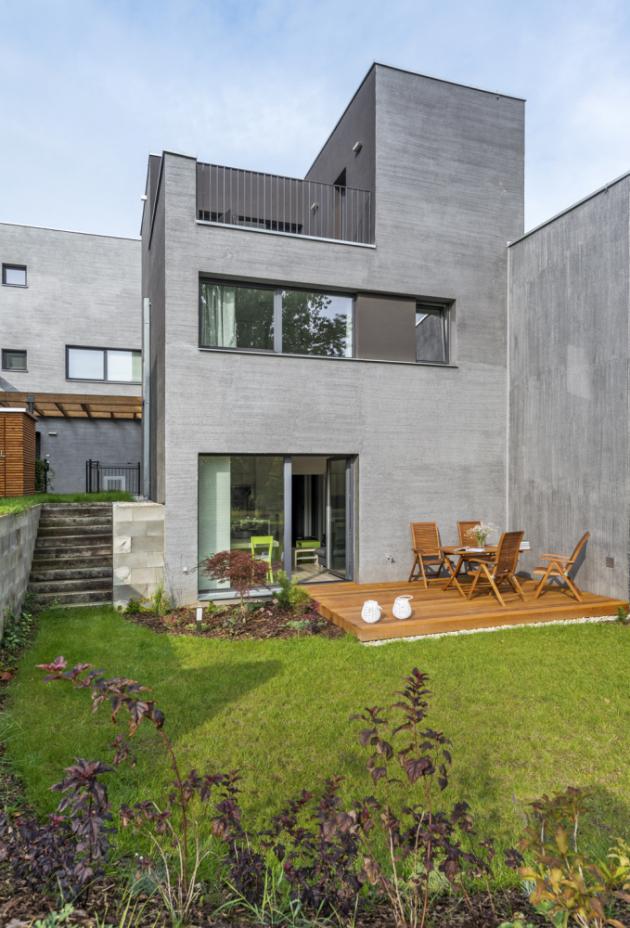 Dům je součástí menšího bytového komplexu, vněmž jsou jednotlivé domy rozmístěné tak, aby měli obyvatelé dostatečné soukromí