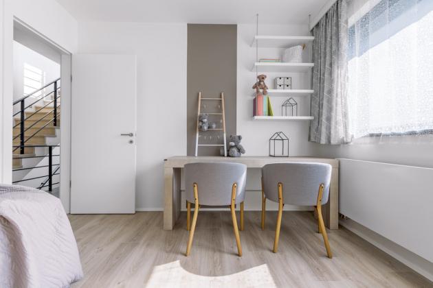 Pokojík pro dvě slečny příjemně kombinuje hnědé tóny sbílou, které jsou neutrální adávají tak prostor pro další atřeba iveselejší barvy doplňků, které si děvčata časem pořídí