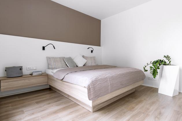 Dominantou ložnice je namíru vyráběné dvojlůžko sintegrovanými úložnými prostory anočními stolky