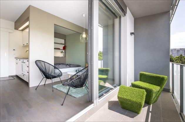 Ohromnou výhodou bytu je ilodžie, která vteplém období znásobuje obývací prostor. Veselý sedací nábytek je zvolen zcela vestylu celkového zařízení