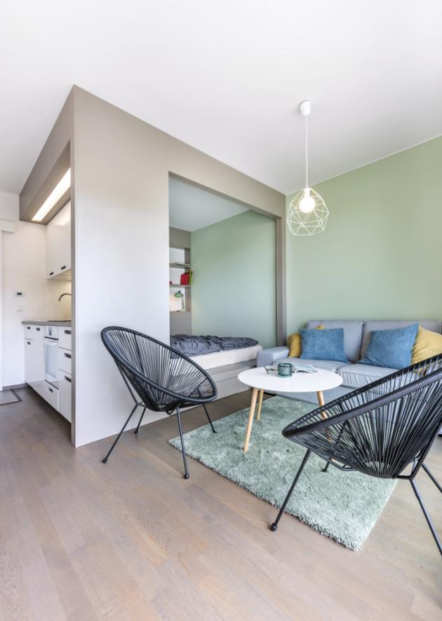 Vyrovnanost celého prostoru podtrhují iumírněné barvy, dubová dřevěná podlaha asubtilní zařizovací kousky
