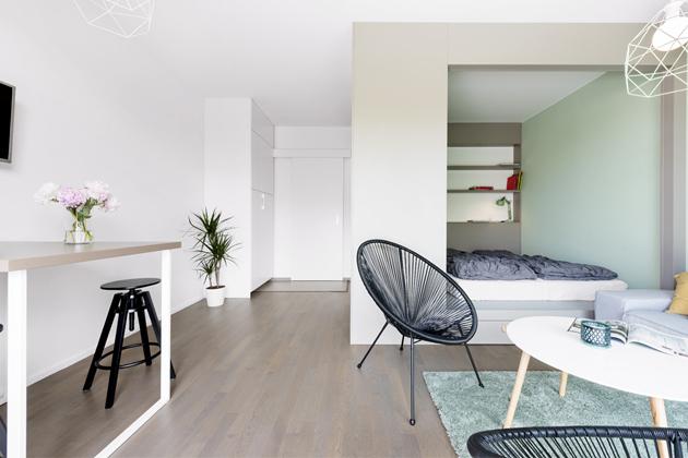 Zpoměrně malého prostoru dokázali architekti díky vestavnému boxu vytvořit praktický domov se všemi jeho funkcemi