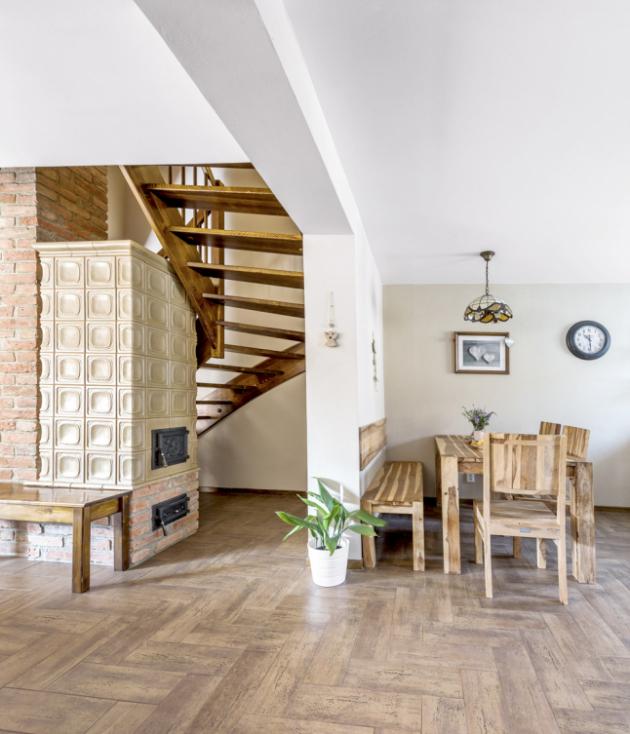 Dřevěný nábytek zindického palisandru doplňuje keramická dlažba vdekoru dřeva. Pod dlažbou je položené podlahové topení