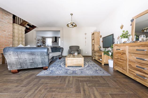 Nábytek doobývacího pokoje je zindického palisandru abyl zakoupen vDrážďanech vobchodním domě Höffner, křeslo je zIkea
