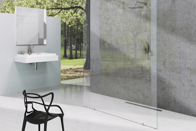 Skleněná plocha sprchového koutu walk-in je ošetřena vrstvou AntiCalc,  která zabraňuje usazování kapek vody,  www.ravak.cz