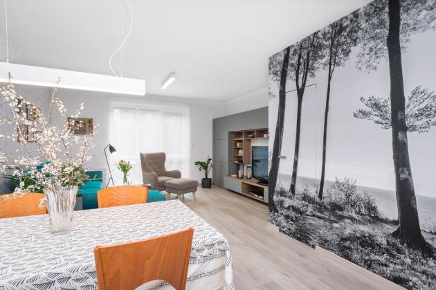 Vobývacím pokoji nešlo ani tak ozměnu dispozice jako ovýběr moderního nábytku adekoraci stěn. Fototapeta sdigitálním tiskem byla vyrobena namíru