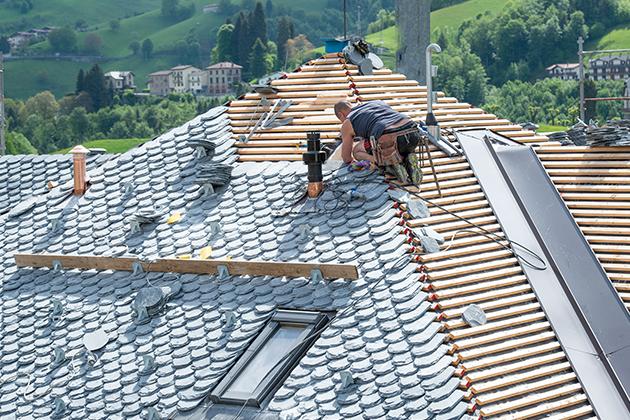 Nejviditelnější částí střechy je samozřejmě střešní krytina. Kromě toho, že právě střešní krytina představuje první linii ochrany stavby proti povětrnostním vlivům (odolnost střešní krytiny může být podpořena např. hydrofobizací povrchu) se jedná i o významný estetický prvek. Vybírat lze na trhu z nepřeberného množství střešních krytin různých povrchových úprav, barev apod.