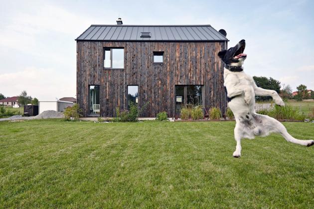 Charakter dřevostavby Carbon House zvýrazňuje obložení fasády opáleným dřevem. Návrh Mjölk architekti, www.mjolk.cz