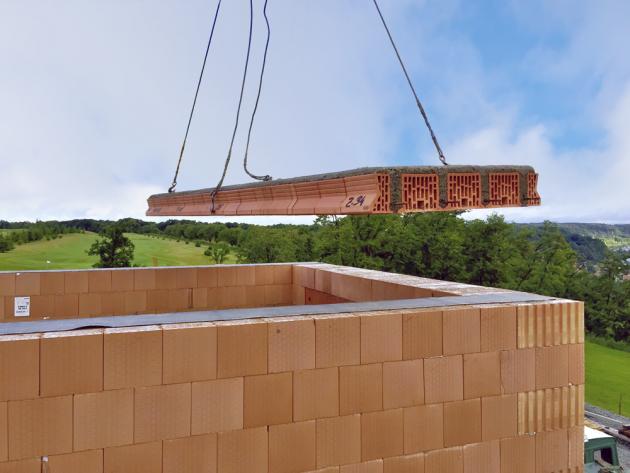 Stavební systémy zpálené keramiky zahrnují stropní panely, roletové ažaluziové překlady, komíny asamozřejmě různé typy cihel, www.heluz.cz