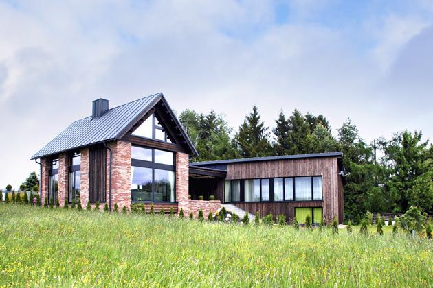 Ačkoliv se jedná odřevostavbu, díky obkladu fasády cihelnými pásky působí dům jako postavený zcihel, realizace, www.brickwork.cz