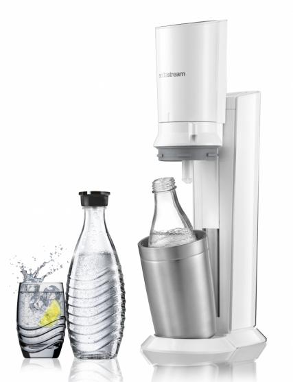 Výrobník SodaStream Crystal má naprosto intuitivní a lehké ovládání, což dokazuje i vítězství v testu výrobníků perlivé vody iTest. Skleněnou lahev vložíte do pevné kovové nádoby ve spodní části výrobníku a pak už jen stisknete podle požadované intenzity perlení. Zároveň má jednoduchý nadčasový design v kombinaci bílé a kovu, který doplňuje atraktivní karafa, jež díky čirému sklu a zvlněnému motivu umocňuje dojem z krásy čisté řetízkující perlivé vody.