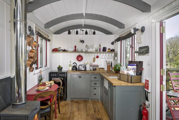 Otevřená kuchyň nabízí dostatek prostoru i veškeré vybavení pro pohodlné vaření