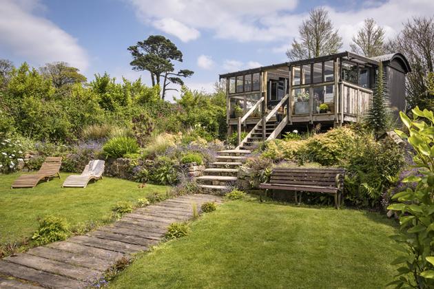 Do přímořské krajiny Cornwallu se rozhlíží maringotka přeměněná na chatu a zařízená v bohémském stylu