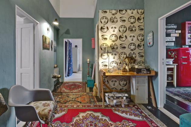 Oblíbená tapeta Fornasetti putuje smajitelkou už zpředchozího bytu. Je tak kvalitní, že se dala bez poškození sloupnout apoužít znovu