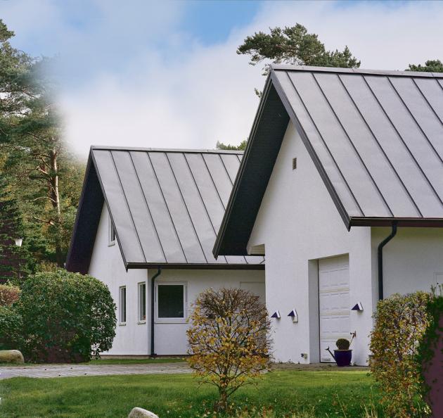 Falcovaná plechová střecha vyniká nízkou hmotností, ale vysokou odolností proti vodě isněhu, www.lindab.cz