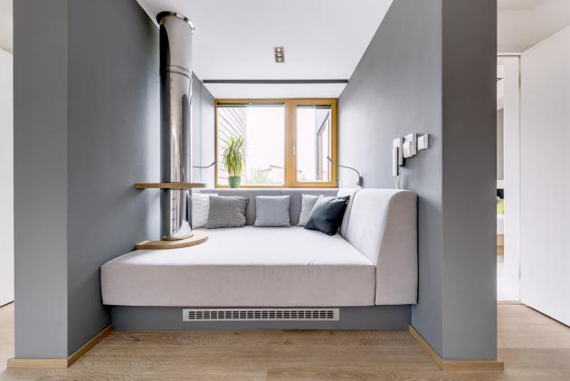 Dominantou obytného prostoru vpřízemí je středový modul obložený dubovou dýhou. Nabízí úložné prostory, krb imísto pro TV adalší audio