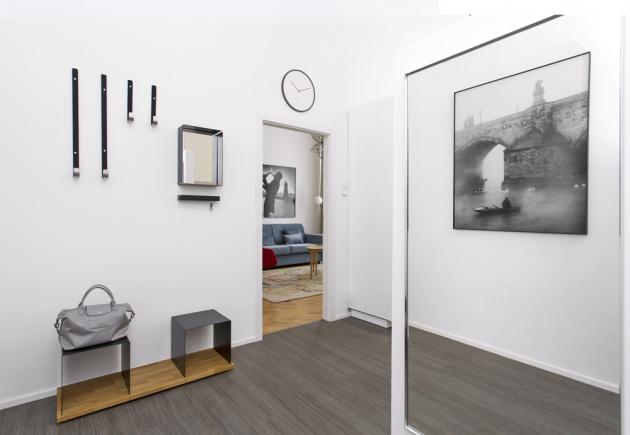Dopředsíně umístila designérka modulární kovový nábytek firmy Konstantin Slawinski, který nabízí bezpočet variant uspořádání