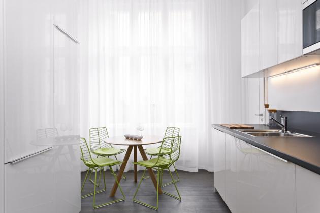 Rozpočet, který zatížily designové solitéry aumělecká díla, pro změnu odlehčil nábytek zIkea, například jednoduchá bílá kuchyň