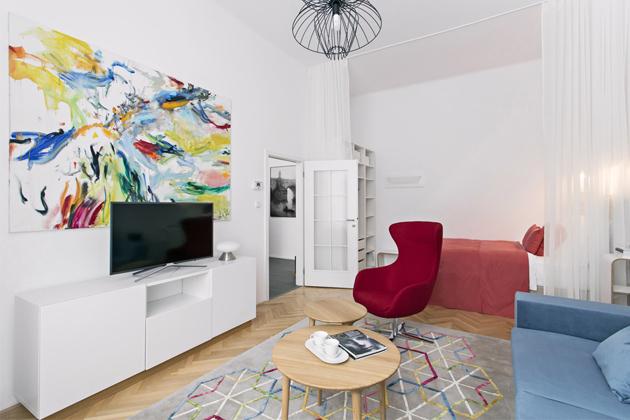 Umělecká díla akrásné barevné solitéry jsou nosnými prvky celého interiéru bytu napražském Starém Městě. Vyšší anglické postele odAmbience design nabízejí pohodlné spaní amožnost výběru úložných prostor