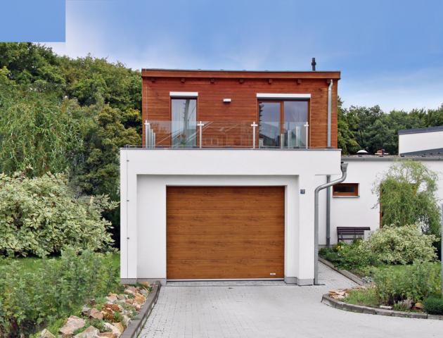 Sekční garážová vrata Lomax Delta jsou barevně sladěná s obložením prvního patra domu i s okenními rámy, www.lomax.cz