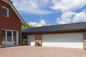 Rolovací garážová vrata Minirol umožňují maximální využití prostoru garáže bez větších stavebních úprav a vyrábí se na míru podle vašich požadavků. Cena individuální, www.minirol.cz