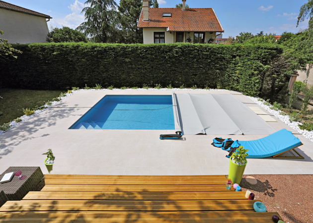 Bazén Desjoyaux o rozměrech 7 x 4 m, vybavený bezpotrubní filtrací, rohovými schody a bezpečnostním zakrytím s  nosností do 100 kg. Cena dle vybavení od 219 000 Kč, www.desjoyaux.cz