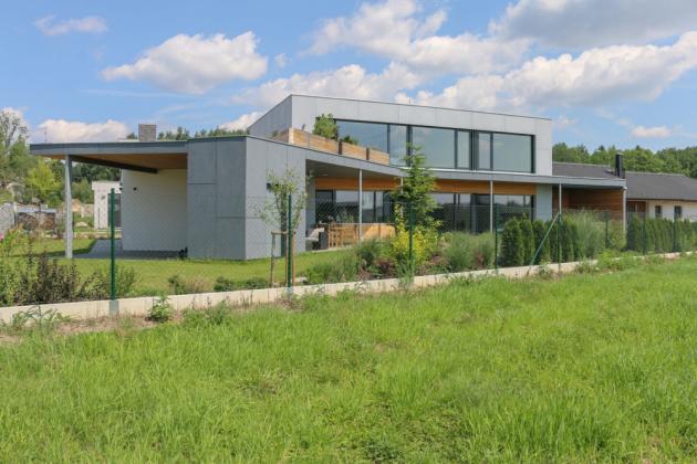 Dům architekt umístil k severní hranici pozemku, aby pozemek optimálně využil a na jižní straně vznikla větší zahrada. (Zdroj: Petr Zikmund)