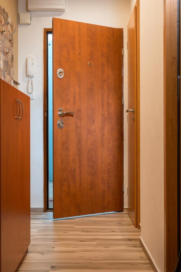 Jakékoliv přídavné bezpečnostní prvky pomohou dveřím obstát před zloději o něco déle. Dříve či později ale také poleví. Nejlepší variantou je proto zajistit si bezpečnostní dveře, které obsahují 14 zamykacích bodů, centrální i přídavný zadlabávací zámek, ocelovou konstrukci, lamely z kalené oceli a další bezpečnostní prvky. My můžeme doporučit firmu HT dveře, která se postará o kompletní realizaci a při montáži bezpečnostních dveří vám vymění i zárubeň. Díky tomu si zajistíte 100% ochranu proti odvrtání zámku, vysazení dveří i hrubé síle.