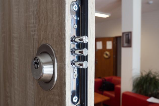 Záleží vám na bezpečí vašich blízkých i majetku a chcete pro něj udělat víc? Pak možná uvažujete nad pořízením přídavného zámku. Zjistěte, jaké jsou jeho výhody a nevýhody a jak se postarat o skutečně kvalitní zabezpečení vaší domácnosti.