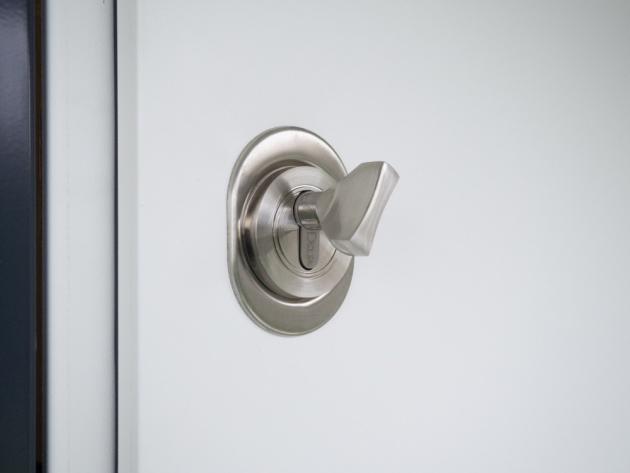 Pro chvíle, kdy jste právě doma, se vyplatí používat přídavný horní zámek. Ten vám umožní díky tzv. vrtulce zamknout z vnitřní strany dveří, aniž byste použili klíč. Zajistí vám tedy bezpečí, a navíc uleví centrálnímu zamykání, které může kvůli častému používání vypovědět službu. Přídavný horní zámek oceníte také máte-li malé děti. Na horní zámek totiž nedosáhnou, a tak se nestane, že by opustily byt bez vašeho vědomí.