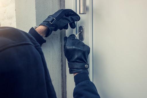 U většiny vloupání stojí nezvaným návštěvníkům v cestě nekvalitní vstupní dveře a nevyhovující zámek. K jejich překonání stačí hrubá síla nebo základní nástroj, jako je šroubovák nebo páčidlo, a chvilka času.