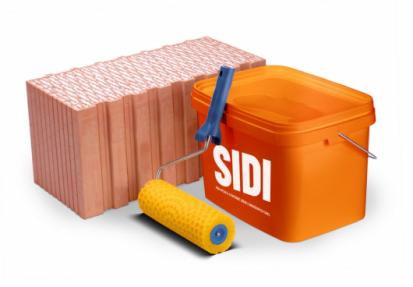 HELUZ SIDI je předem připravená silikátově-disperzní malta pro tenkovrstvé zdění. Můžeme si ji představit jako hustší barvu na malování. Je to zvýroby namíchaná směs, nic se do ní už na stavbě nepřidává, takže odpadá riziko jejího znehodnocení neodbornou úpravou, jako je přidání nesprávného množství vody do sypké cementové malty. Stačí otevřít kyblík smaltou HELUZ SIDI, ponořit do ní systémový váleček a je možné nanášet maltu na cihly a zdít.