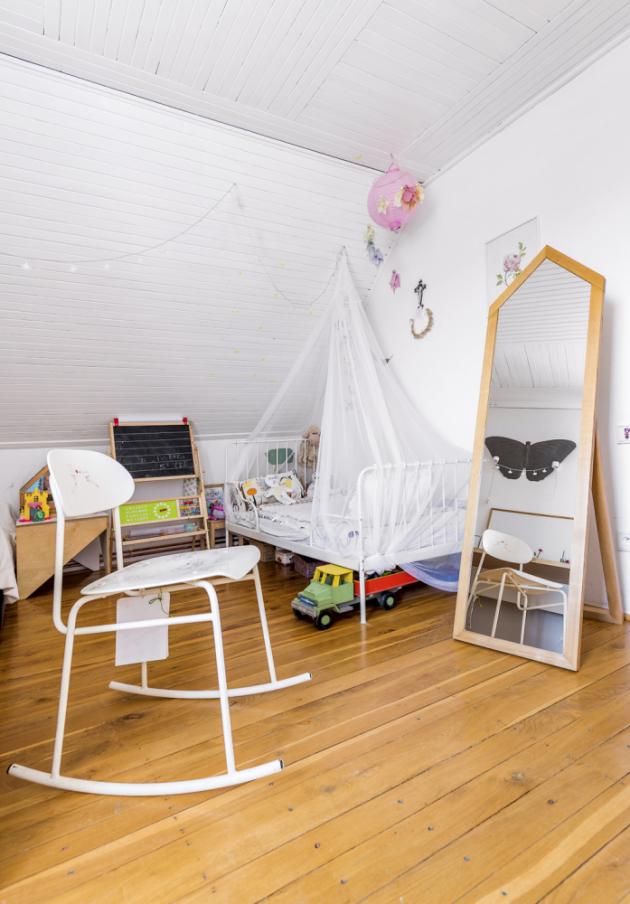 V pokojíčku Jasmínky našla místo i školní židle, předělaná na houpací. Do jejího návrhu Marcel vtiskl vzpomínky ze svých školních lavic