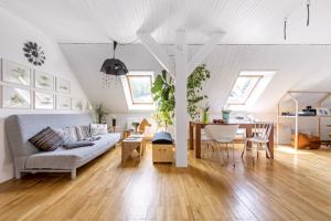 Téměř celou polovinu podkroví tvoří otevřený prostor, kde je místo pro ložnici, jídelnu a obývák