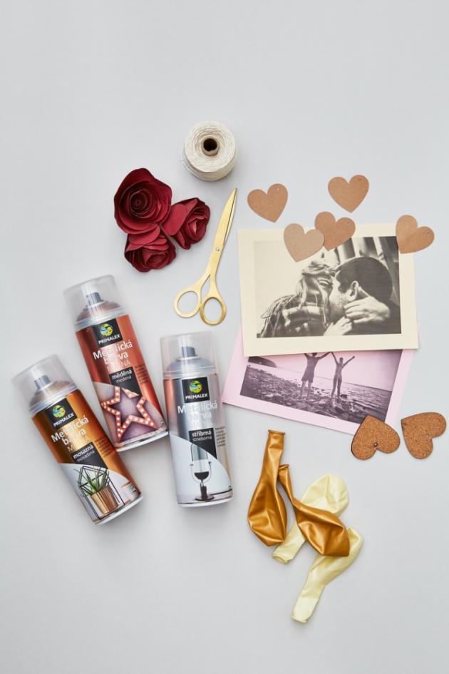Budete potřebovat: metalické spreje ve třech odstínech (nebo dle libosti), nůžky, provázek, metalické balónky, hélium, papírové dekorace (například papírové růže nebo srdíčka), fotky a vzkazy.