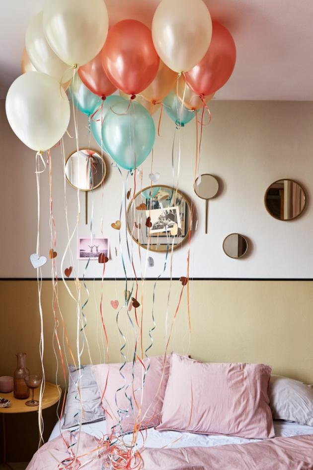 Dejte svému partnerovi kreativně najevo, že vám na něm záleží. Překvapte ho balónky napuštěnými héliem, ručně psanými vzkazy, fotkami a třeba i snídaní do postele