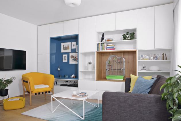 Veškerý nábytek je vyráběný podle designérčina návrhu nazakázku firmou Valušek interiér. Konferenční stolek pochází zautorské tvorby designérky, křeslo je značky Ton, sedací souprava odfirmy Domark