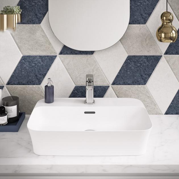 Umyvadlo Ipalyss z odolného keramického materiálu Diamatic s extrémně tenkými stěnami, cena od 11 123 Kč,  www.idealstandard.com