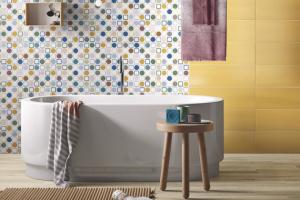 Obklad ze série Play od firmy Imola, saténový povrch, šestibarevný dekor, 20 x 60 cm, cena k doptání,  www.koupelny-ptacek.cz