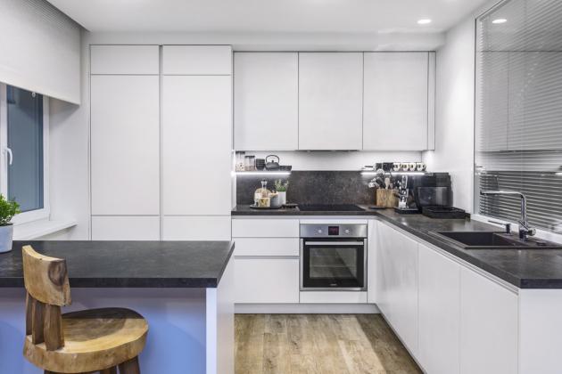 Řešení kuchyňské sekce ukazuje skvělou práci architekta s prostorem, pochvalu zaslouží i truhlář