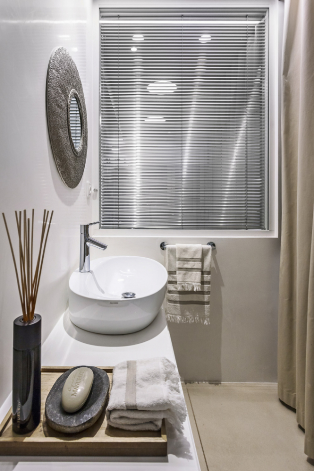 Koupelna je sice malá, ale rozhodně nepůsobí jako popelka. Důstojnost jí dodává dostatek slunečního světla podpořený světloodrazivými vlastnostmi benátského štuku na stěnách