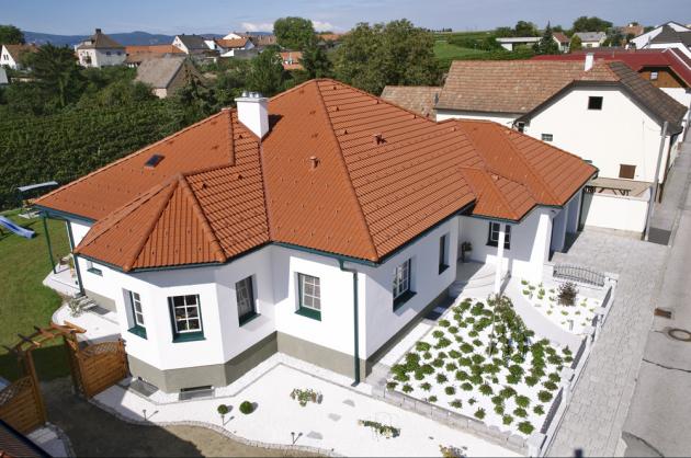 Střechou zdomu uniká přibližně 15až 35% tepla, což je vprůměru o5% více než obvodovým pláštěm domu.