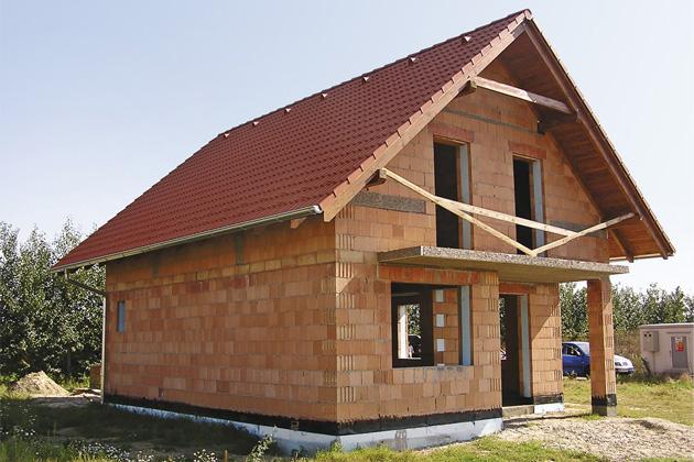 Výběr stavebního materiálu patří knejdůležitějším rozhodnutím každého stavebníka, protože tento krok určí, jaké vlastnosti bude budoucí dům mít, ato včetně pohodlí iekonomiky provozu.