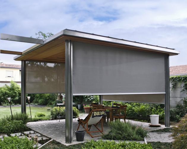 Zahradní pergolu lze po stranách zastínit screenovou roletou, která umožňuje, že vidíte ven, ale dovnitř zvenku téměř nikoli, www.isotra.cz