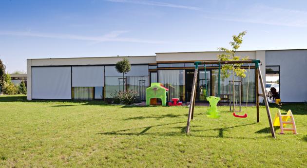Velké prosklené plochy rodinného domu můžete zastínit screenovými roletami. Box je kotvený do dřevěného trámu, lanka jsou kotvena do podlahy/okenního rámu, www.minirol.cz