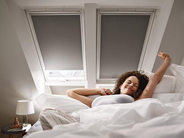 Dokonalý spánek dopřeje zcela zatemňující roleta,  která se nabízí ve 42 barevných vzorech, cena od 1 840 Kč,  www.velux.cz