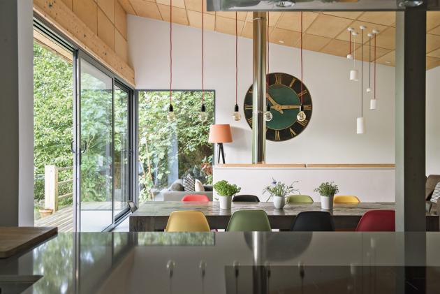 V interiérech zařízených v módním ekletickém stylu se prolínají moderní prvky s tradičními. Masivní stoly doplňují ikonické židle Eames od Vitry