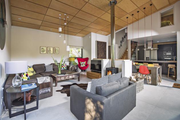 V integrovaném přízemním prostoru je velká jídelna, kuchyň a obývací část, která je rozčleněná do několika zón umožňujících rozdělení společnosti na menší skupiny